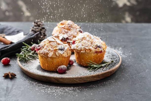 muffins, tortas con frutos secos arándano, romero y almendra. decoración de la navidad. copia espacio. - magdalena dulces fotografías e imágenes de stock