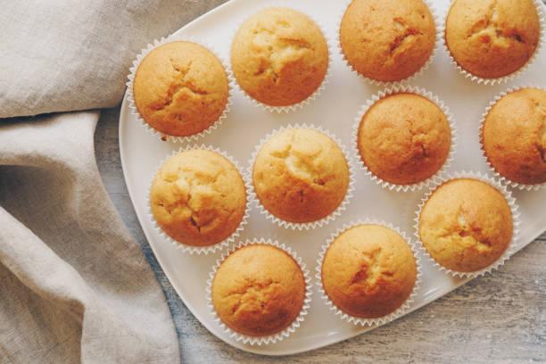 Muffins auf einer weißen Platte – Foto