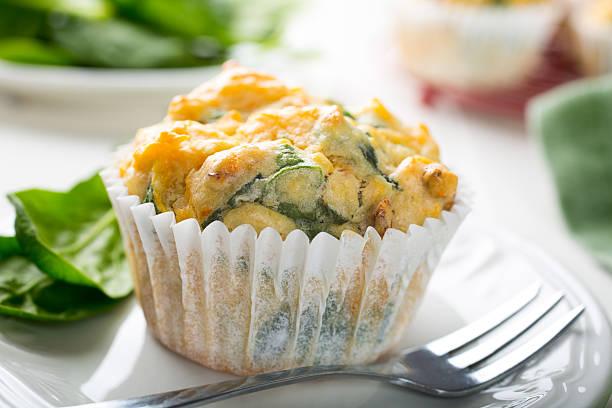 muffins mit spinat, süßkartoffeln und käse - käsemuffins stock-fotos und bilder