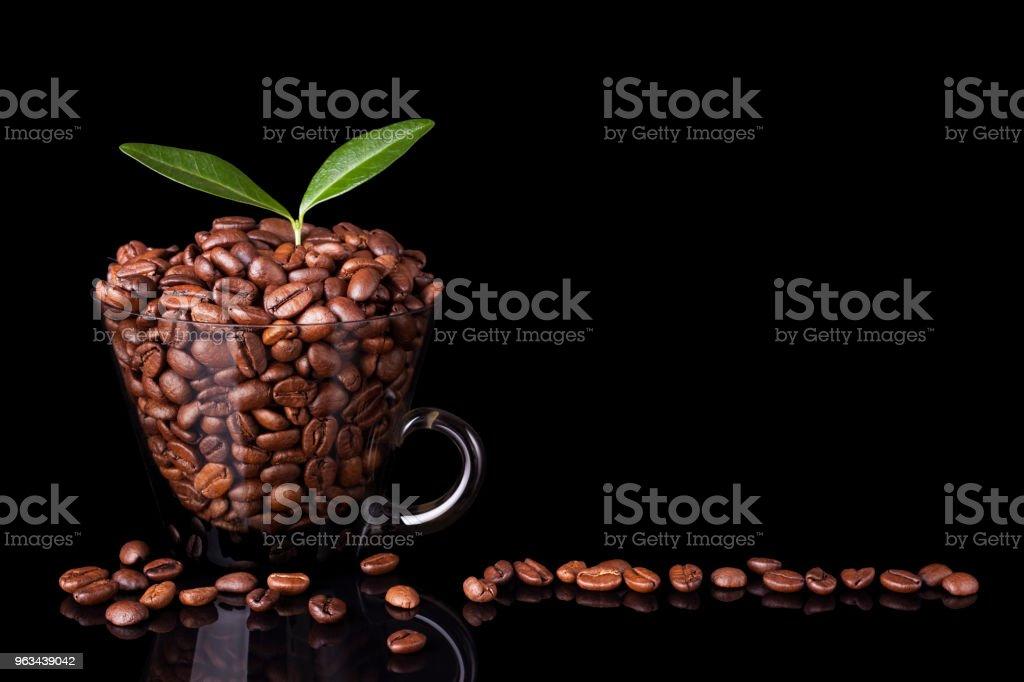Mug rempli de grains de café et une feuille de café - Photo de Aliment rôti libre de droits