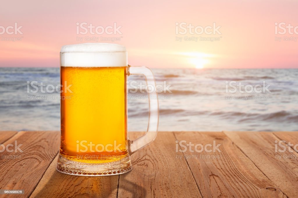 Krug Bier gegen Meer bei Sonnenuntergang - Lizenzfrei Ale - Bier Stock-Foto