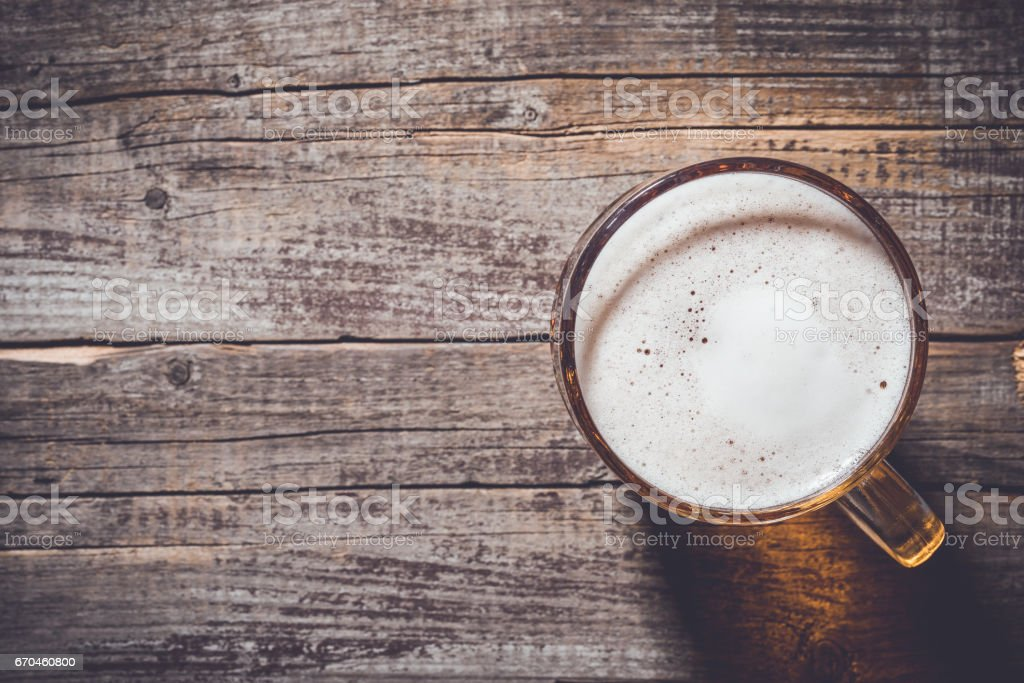 Mug of beer on an old wooden table – Foto