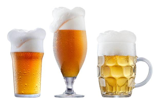 Taza de cerveza fría con espuma - foto de stock