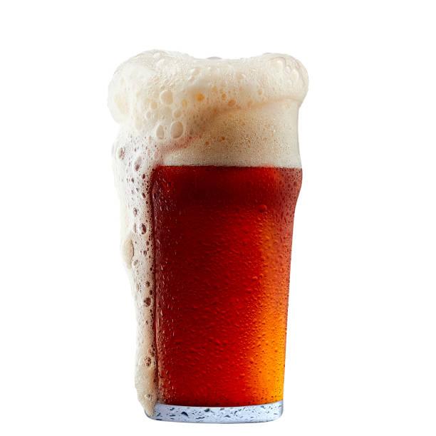 caneca de cerveja gelada de vermelha escura, com espuma - ale - fotografias e filmes do acervo
