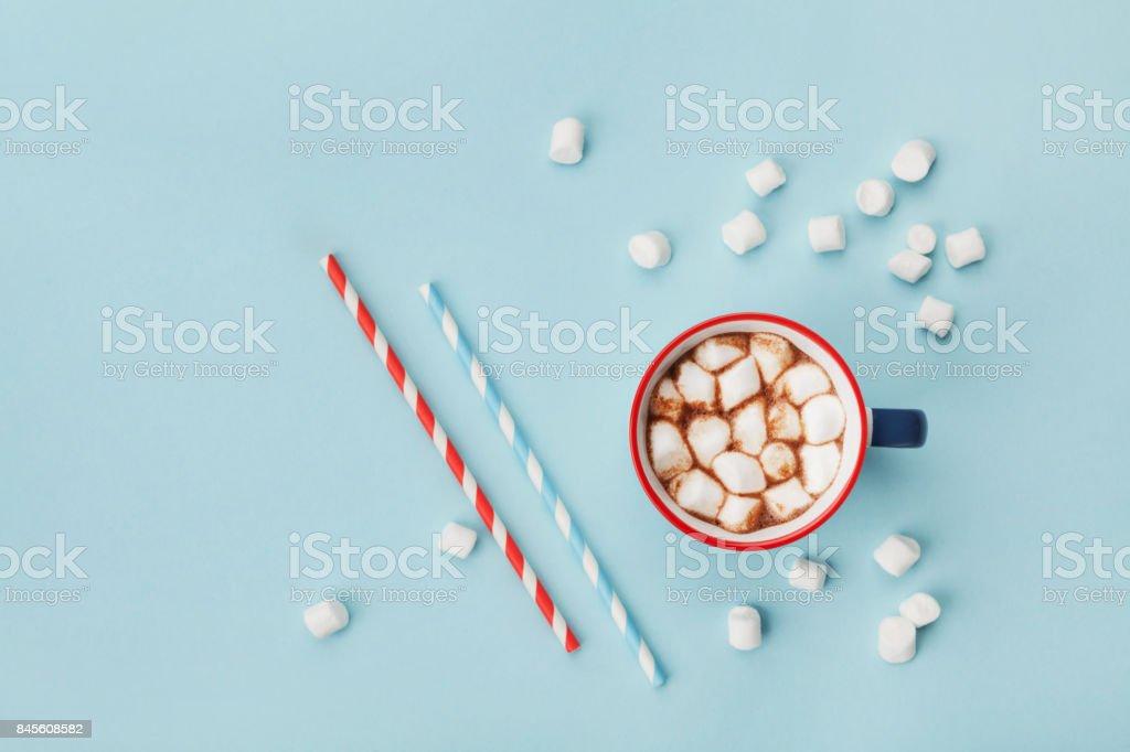 Caneca de chocolate quente ou chocolate e palha na vista superior tabela turquesa. Plano de leigos. - foto de acervo