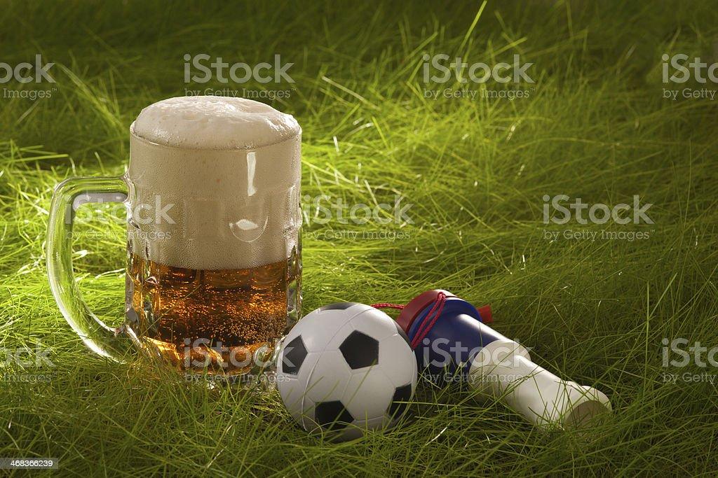 Tasse lager, die vuvuzela und soccer ball, auf dem Rasen – Foto