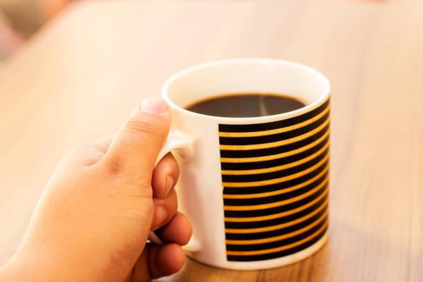 tasse mit kaffee - musiknoten tattoos stock-fotos und bilder