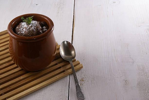 mug-cake - heiße schokoladen cupcakes stock-fotos und bilder