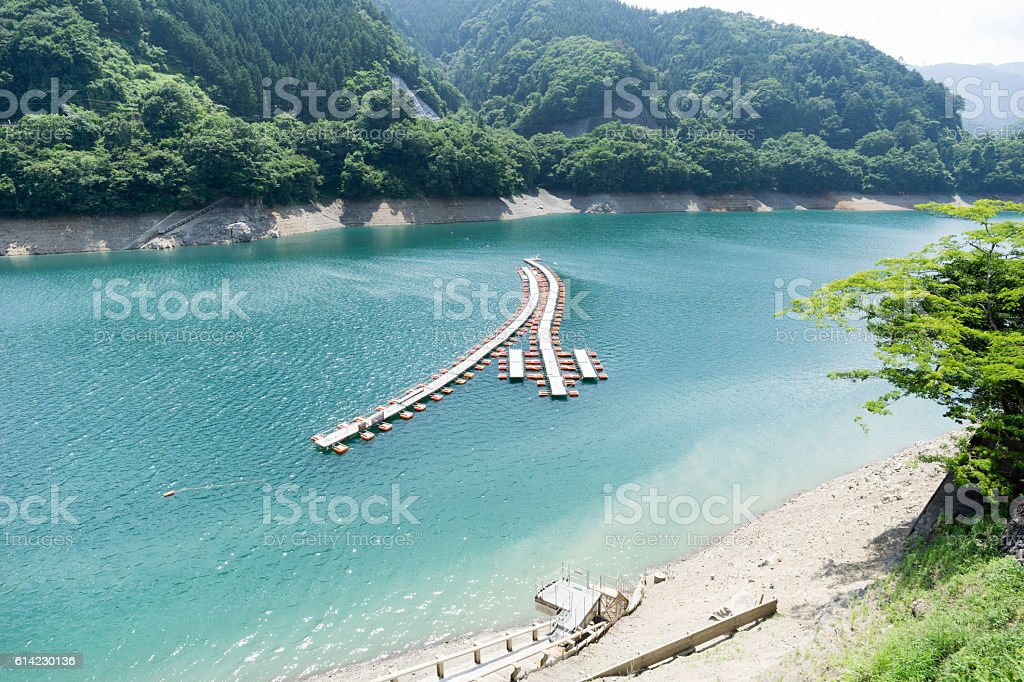Mugiyama floating bridge at Okutama Lake ストックフォト