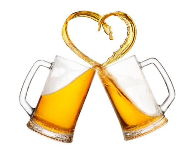 tazas de cerveza con splash - foto de stock
