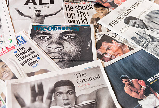 muhammad ali présents sur les pages de journal du royaume-uni sur le devant - titre mondial photos et images de collection