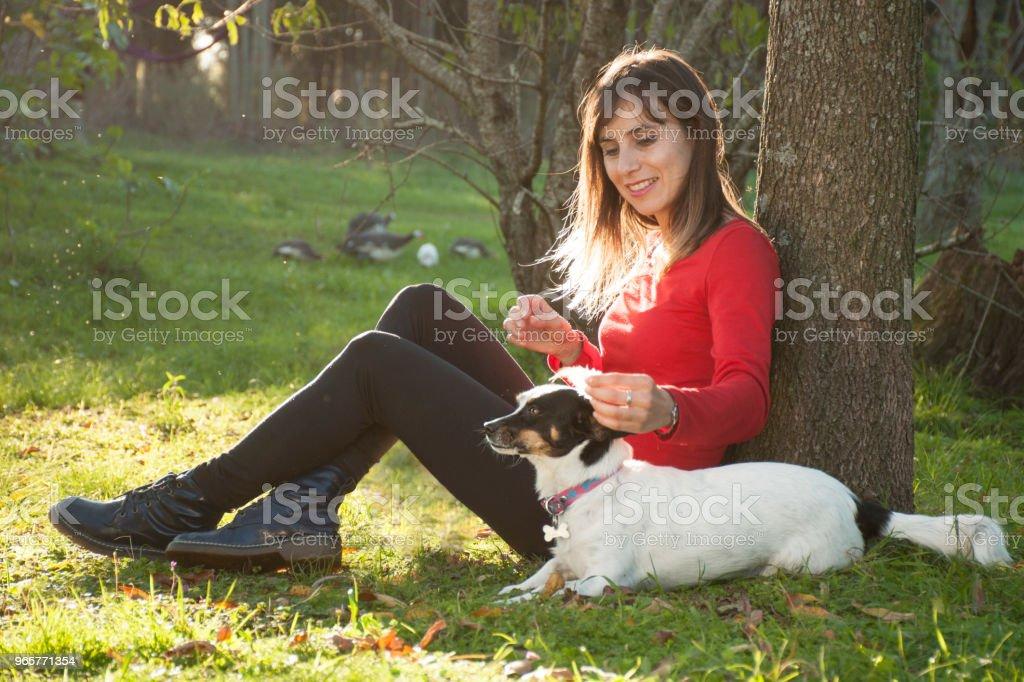 vrouw met hond buiten - Royalty-free Alleen volwassenen Stockfoto