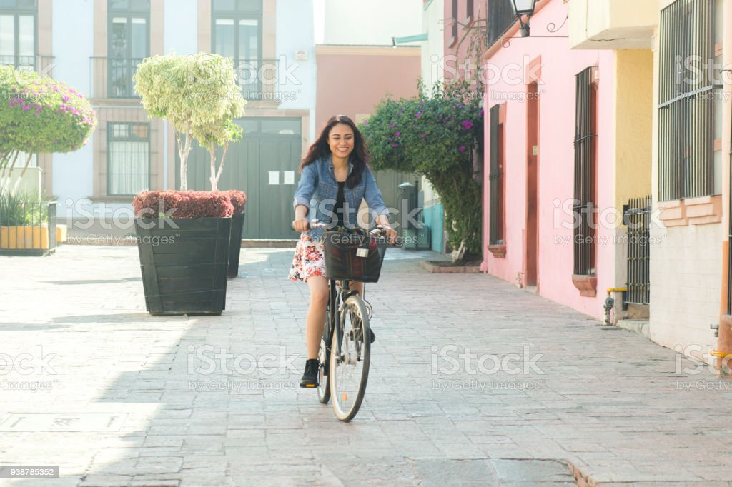 Mujer paseando en bicicleta stock photo