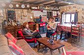 Mujeres, amigas, madre e hija, hablando y tomando café para merendar en  casa de montaña. Ponga, Asturias, España.