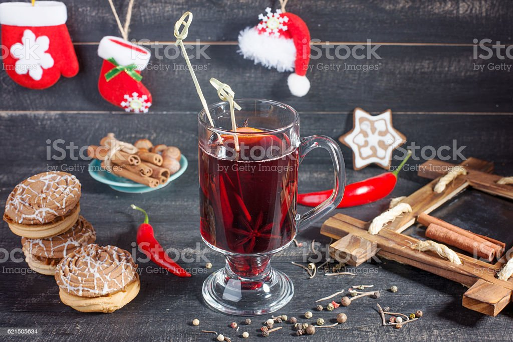 Mulled wine and cookies on the Christmas decorated background. photo libre de droits