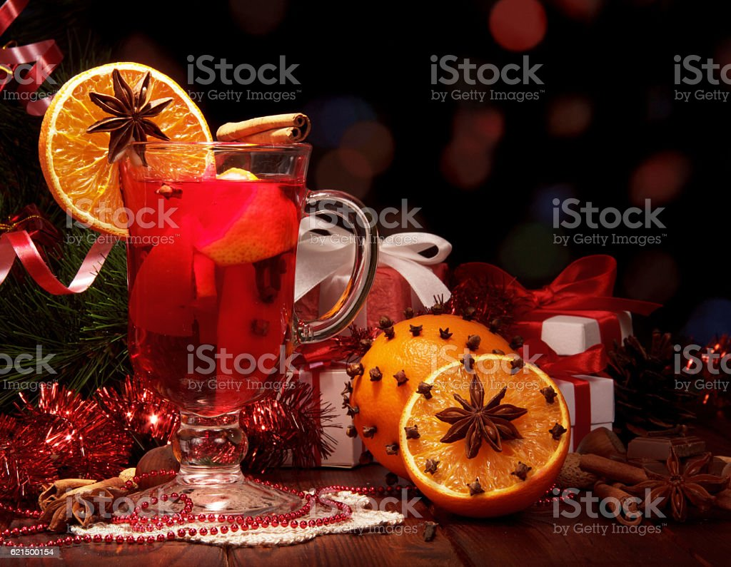 Mulled wine, Christmas tree and gifts on dark background. Lizenzfreies stock-foto