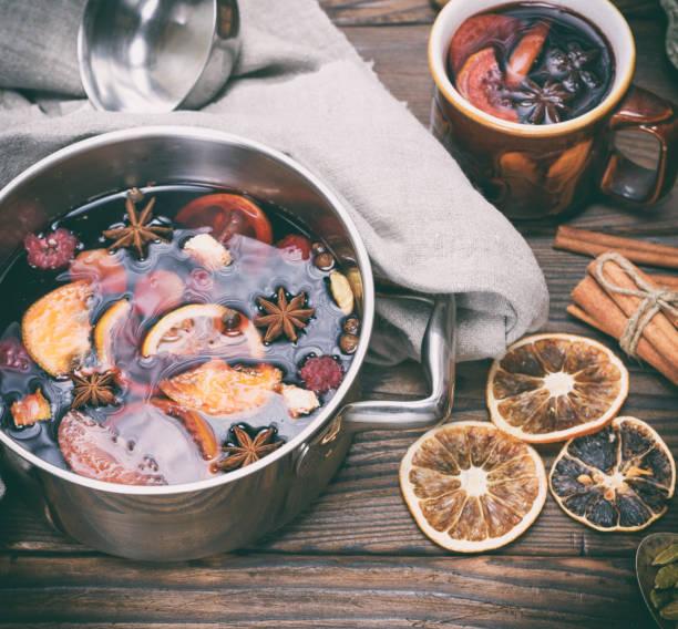 glühwein in een ijzeren pan - gluhwein stockfoto's en -beelden