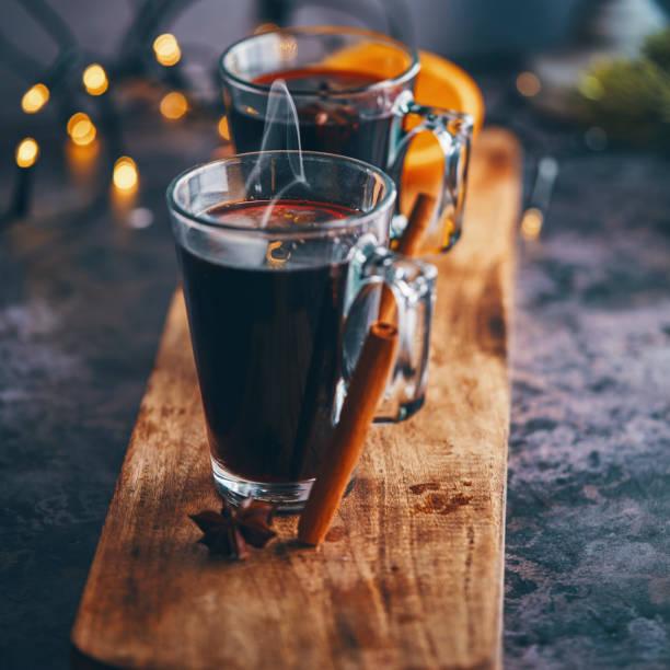 glühwein met sinaasappel, kaneel, steranijs en specerijen voor kerstmis - gluhwein stockfoto's en -beelden
