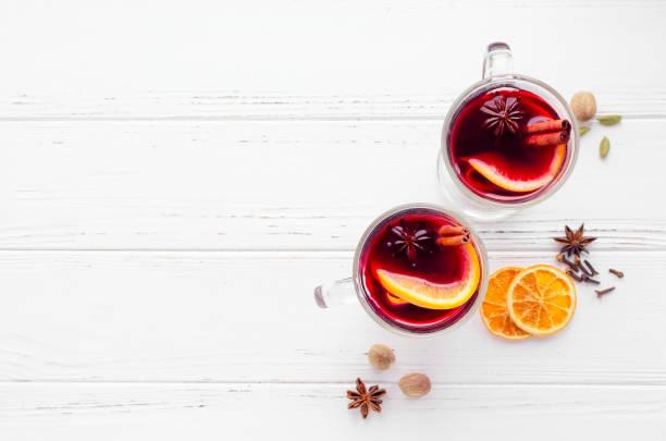 portakal ile mulled şarap - glühwein stok fotoğraflar ve resimler
