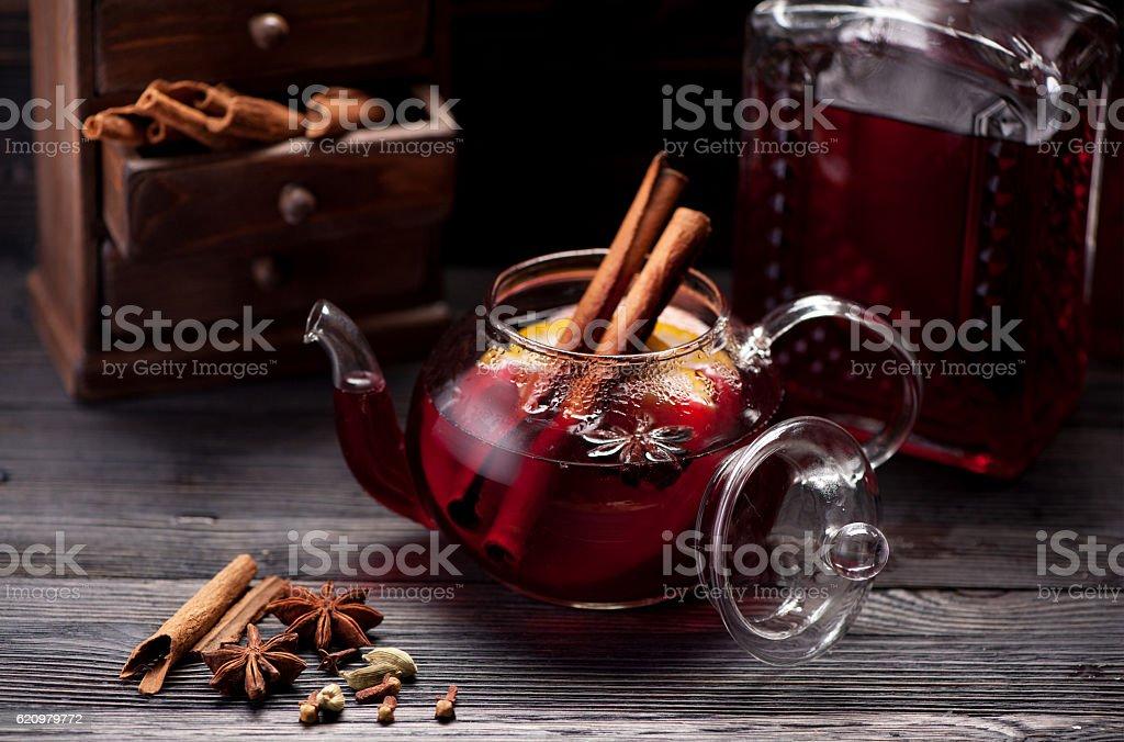 Vinho quente com especiarias em fundo de madeira foto royalty-free