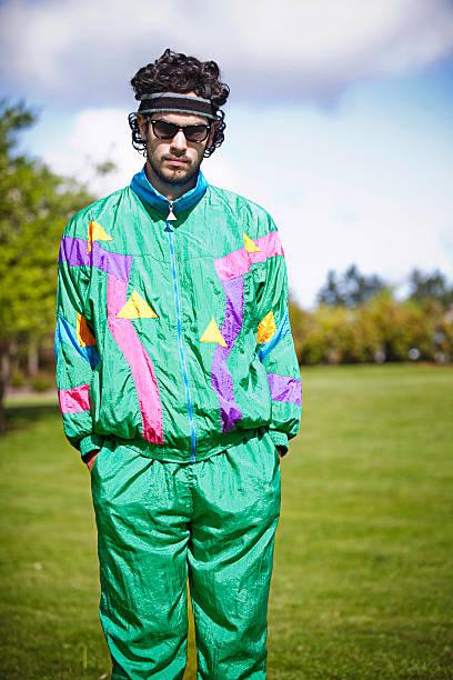 vokuhila laufschuh mit 80er jahre 1990 mode-stil - sweatpants stock-fotos und bilder