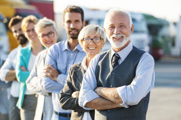 multi im alter von corporate-team. - alte wagen stock-fotos und bilder