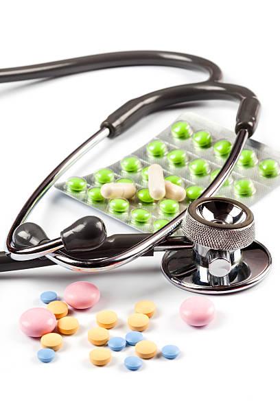 Mehrfarbig Tabletten und freundlich und Stethoskop – Foto