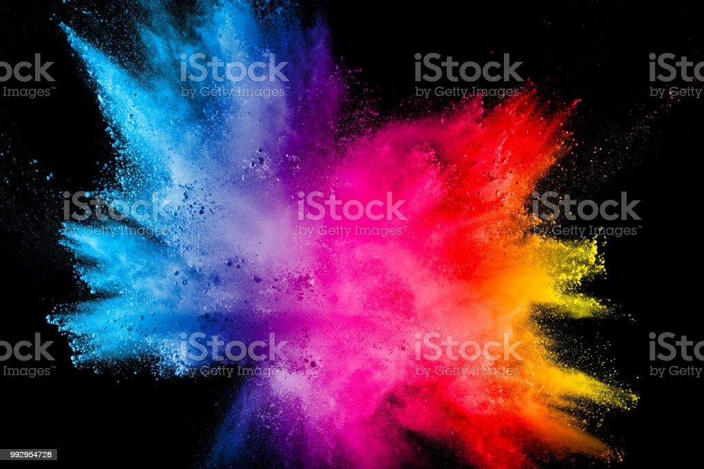 Multi Color Pulver Explosion auf schwarzem Hintergrund isoliert. Farbige Splash Staubwolke auf schwarzem Hintergrund. Bunte Partikel im Hintergrund gestartet. Bemalte Holi. Lizenzfreies stock-foto