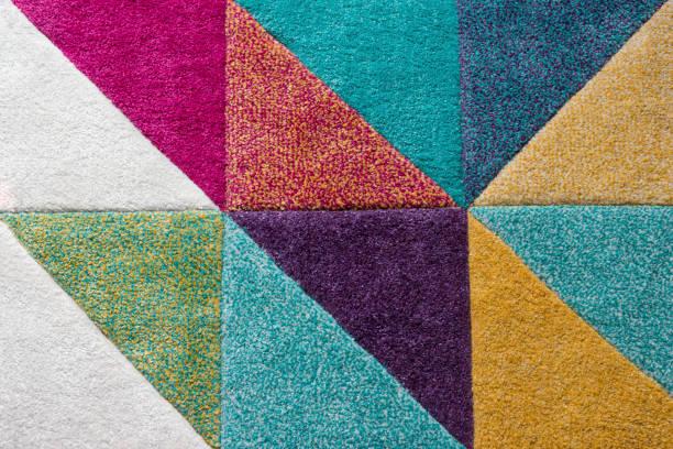 multi farbige hintergrund mit dreiecken - teppich geometrisch stock-fotos und bilder
