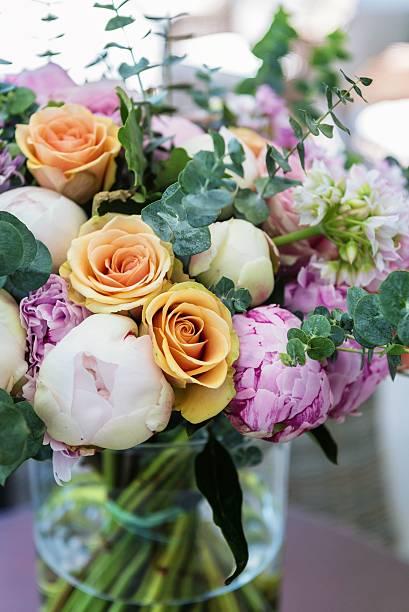 multi colored bouquet in vase - blumenarrangement stock-fotos und bilder