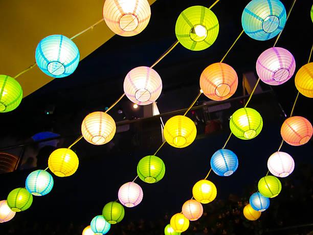 bunt chinesischen yard laternen - terrassen lichterketten stock-fotos und bilder