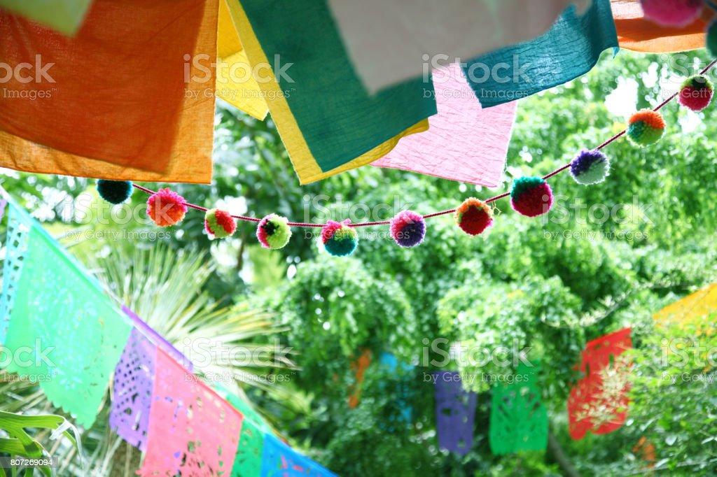 Multi coloridas bandeiras do partido de jardim - foto de acervo