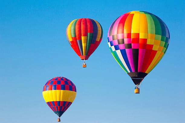 multicolore montgolfières à un festival de montgolfières - montgolfière photos et images de collection