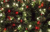 マルチ色照らされたクリスマス ツリー点灯