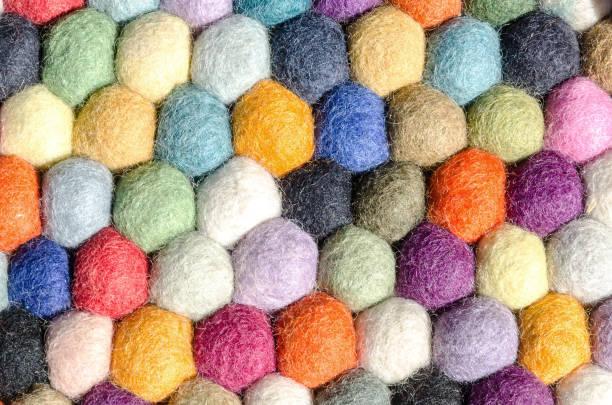 multi farbige wolle filzkugeln für faser handwerk, hintergrund - filzkugeln stock-fotos und bilder