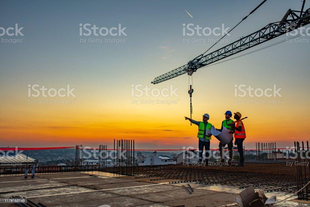 건설 현장에서 말하는 다중 윤리 노동자 계획 검토 - 로열티 프리 건설 산업 스톡 사진