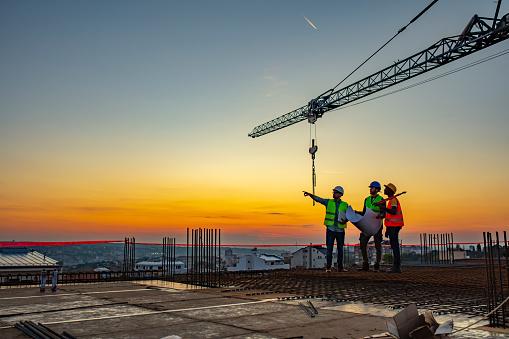 건설 현장에서 말하는 다중 윤리 노동자 계획 검토 건설 산업에 대한 스톡 사진 및 기타 이미지
