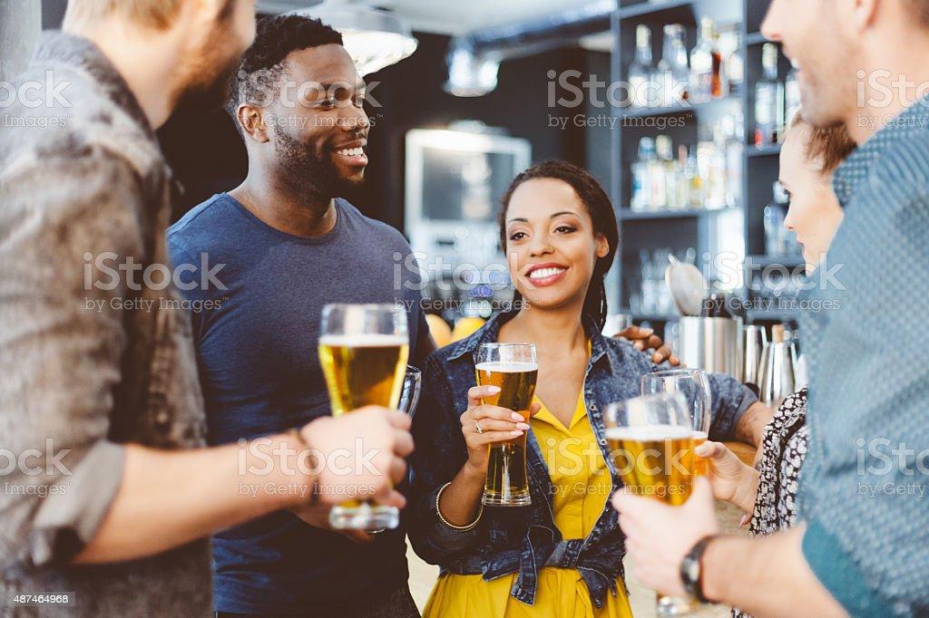 Multi ethnischen Freunde mit party in einem pub – Foto