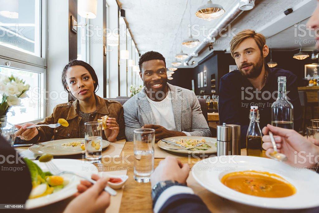 Multi ethnique groupe d'amis se restaurer et dîner dans un restaurant - Photo