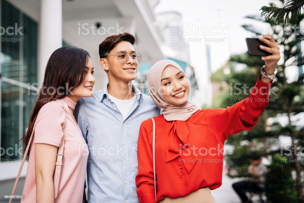 Multi ethnic group of friends taking seflie - Royalty-free 20-29 Years Stock Photo