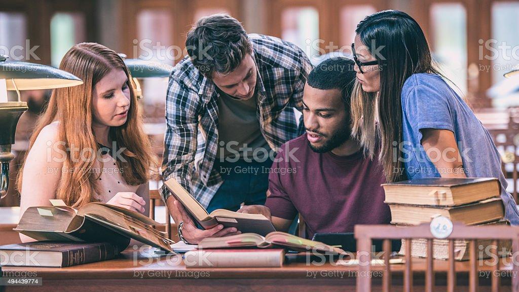 Multi-ethnischen Gruppe von Studenten lernen in einer Bibliothek – Foto