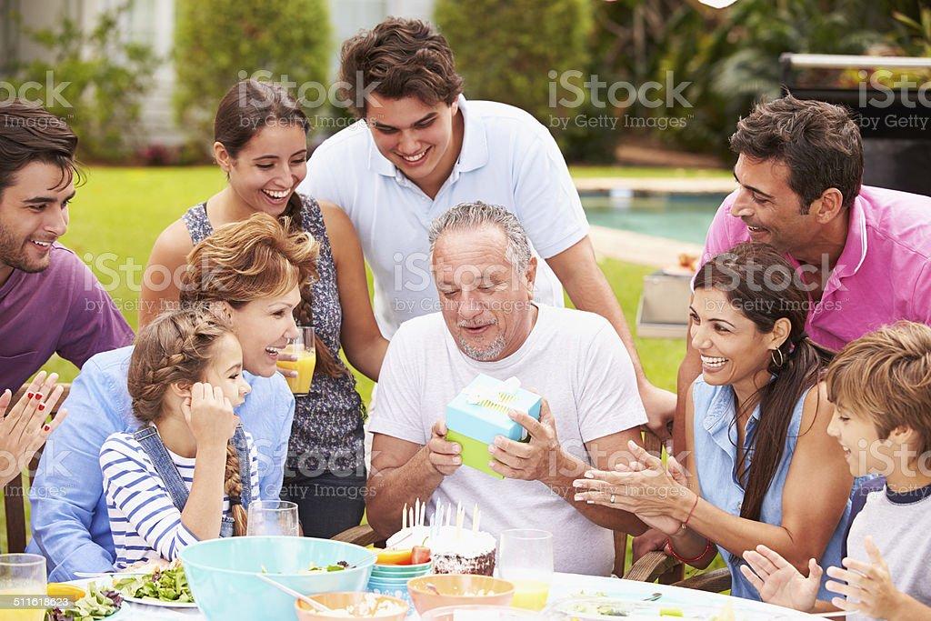 Multi поколения семьи, празднующих день рождения в сад стоковое фото