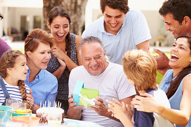 multi-generationen-familie feiert geburtstag im garten - geburtstagsgeschenk für papa stock-fotos und bilder
