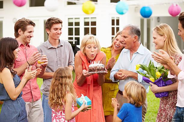 Cтоковое фото Multi поколения семьи, празднующих день рождения в сад