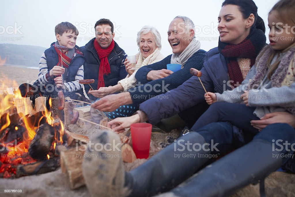 Multi génération famille ayant un barbecue sur la plage d'hiver - Photo