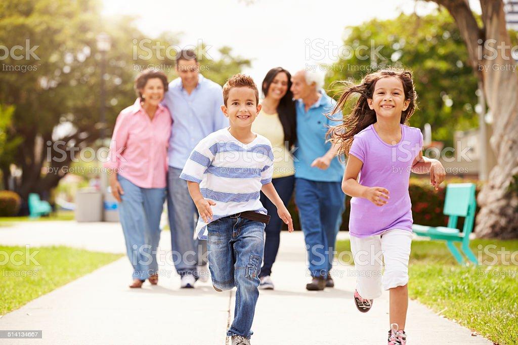 Várias gerações de família caminhando juntos no parque - foto de acervo