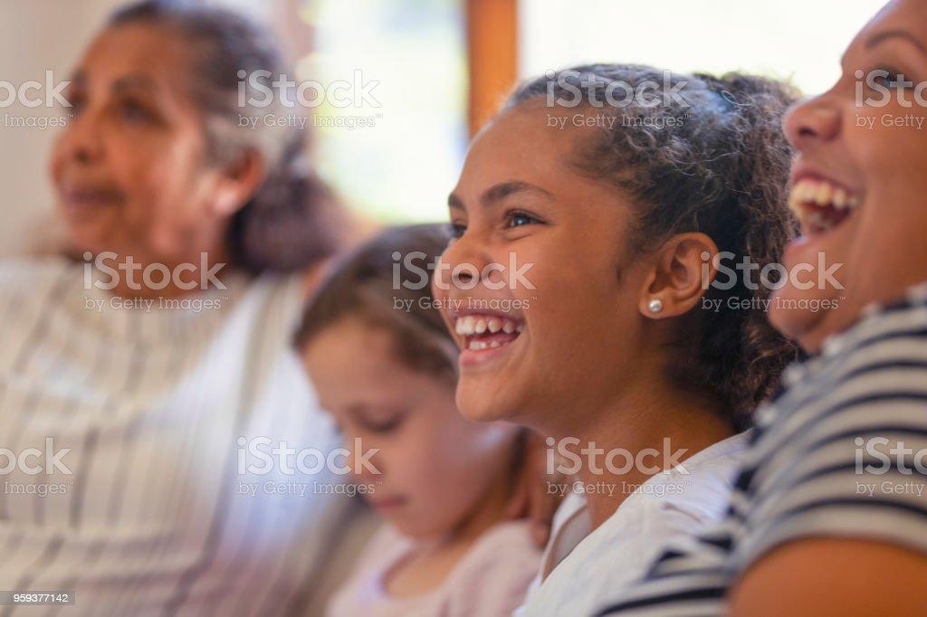 Multi Generationen Frauen auf dem Sofa. Die jungen Mädchen sind Schwestern. – Foto