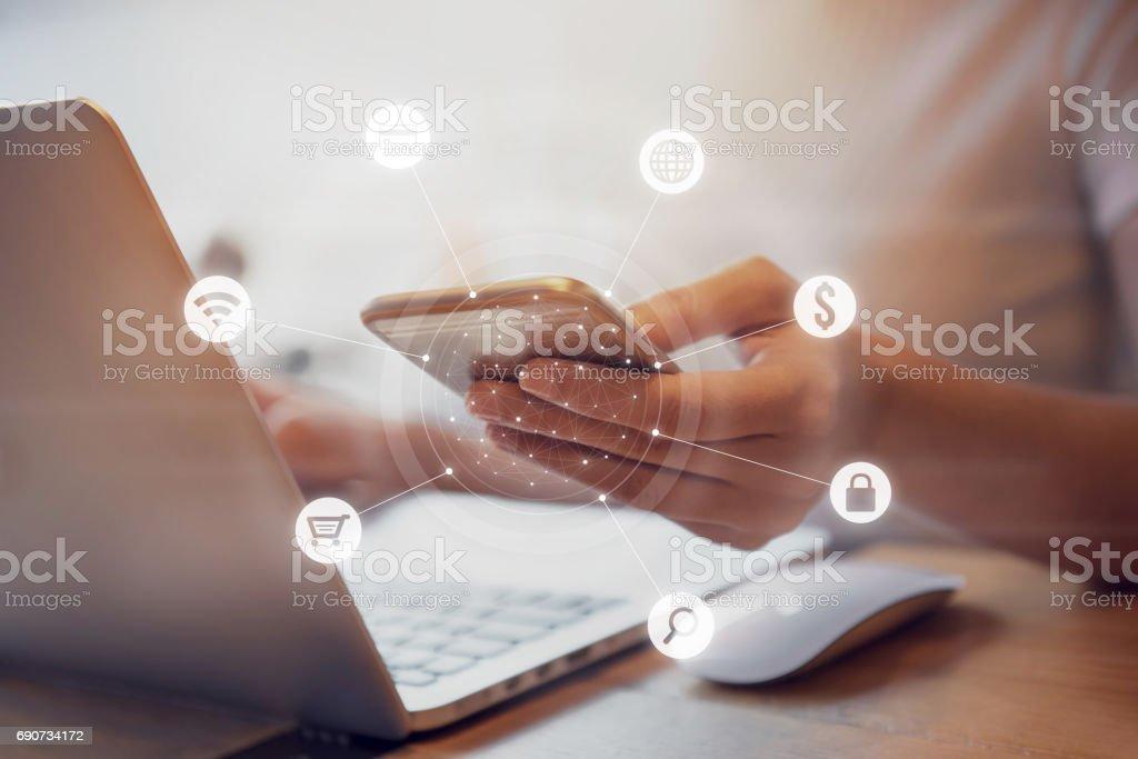 Comunicación de la red de pago de banca en línea multicanal - Foto de stock de Adulto libre de derechos