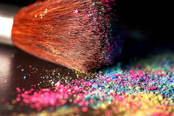 mehrfarbig zerstoßenen lidschatten und bürste - regenbogen make up stock-fotos und bilder