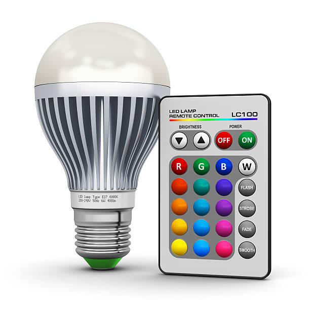 bunten led-lampe mit fernbedienung und w-lan - glühbirne e27 stock-fotos und bilder